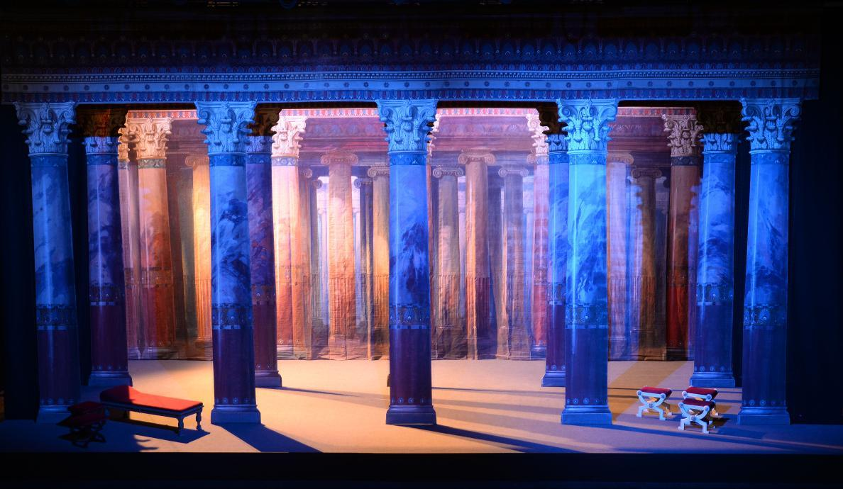 """Bühnenbild """"Antike Säulenhalle"""" für Shakespeares """"Ein Sommernachtstraum"""""""
