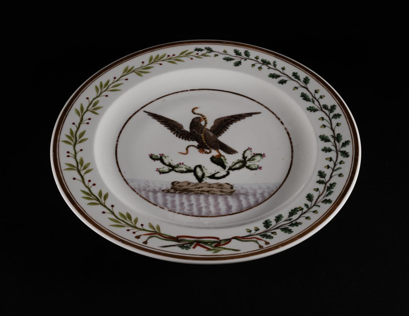 Teller aus dem Speiseservice von Kaiser Maximilian I. von Mexiko, Dekor: Mexikanisches Staatswappen