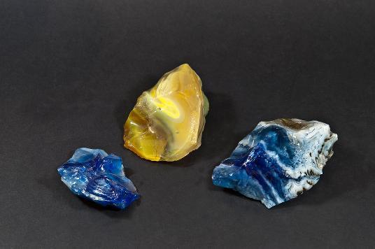 Drei kompakte getrübte und gefärbte Glasstücke