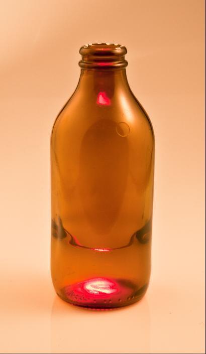 Affenschaukel in kleiner Braunglasflasche