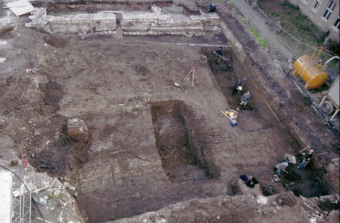 Zwei Gräben der mittelalterlichen Stadtbefestigung am neuen Theater, im Hintergrund die Stadtmauer des 12. Jahrhunderts.