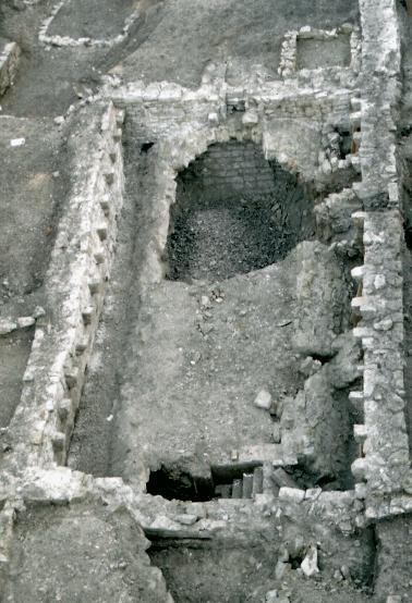 Der romanische Keller während der Grabungsarbeiten.