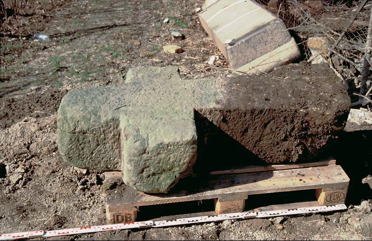 Das Steinkreuz an der Binderslebener Landstraße während der Umsetzung. Deutlich erkennbar ist der in den Boden eingesunkene Schaft.