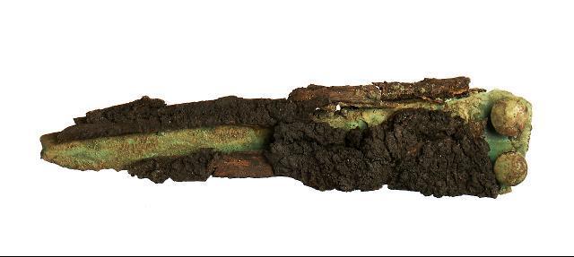 Ein bronzener Dolch mit Scheide aus einem Grab von Dietzhausen, Schmeheimer Berg.