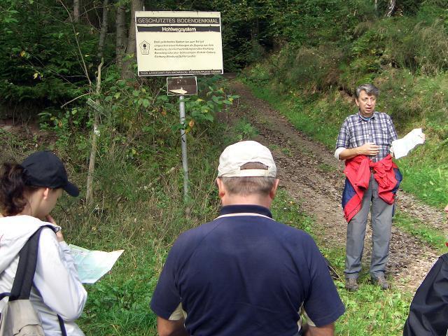 Der archäologische Wanderweg trifft zuerst auf den Hohlweg am Buchberg und führt ca. 1 km in diesem entlang.