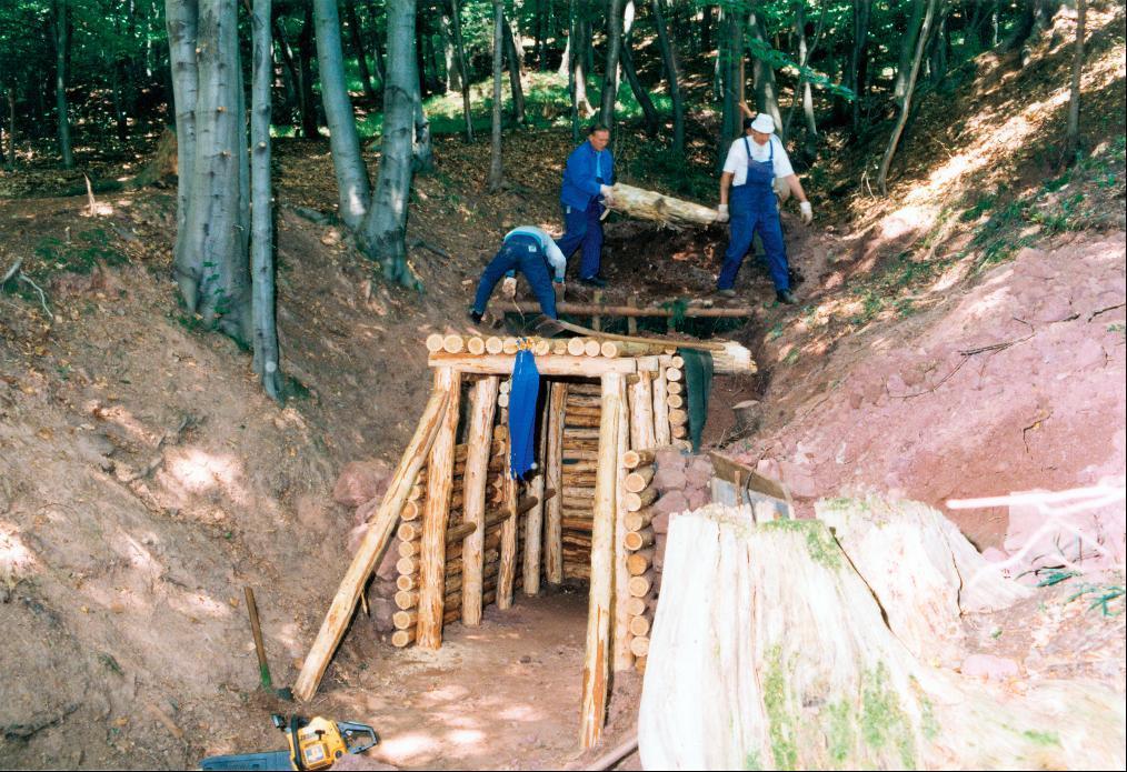 ABM-Kräfte des Fremdenverkehrsverbandes beim Aufbau des rekonstruierten Mundloches am Segen-Gottes-Stollen 1998.