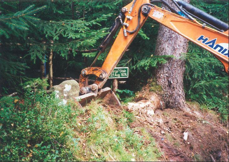 """Umsetzung des """"Jörg-Heime-Steins"""" im Sommer 2002."""