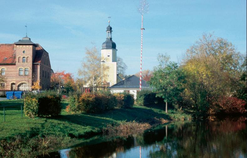 Die Wallanlage von Gütterlitz hinter dem Teich im Bereich des Gutes.