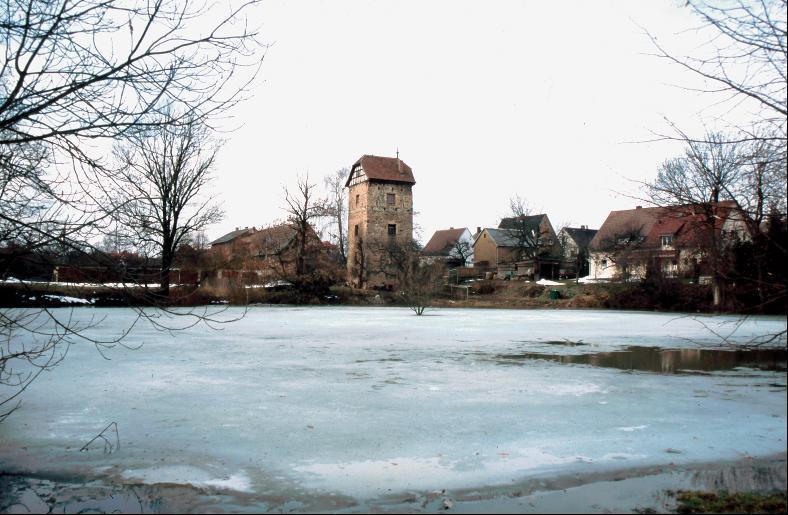Von der Wallanlage im Gutsteich von Braunsdorf kündet heute der Turm am Rande des Teiches.