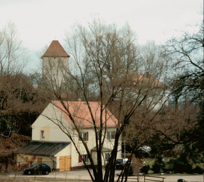 Die Kirche von Geißen über dem Tal des Saarbaches.