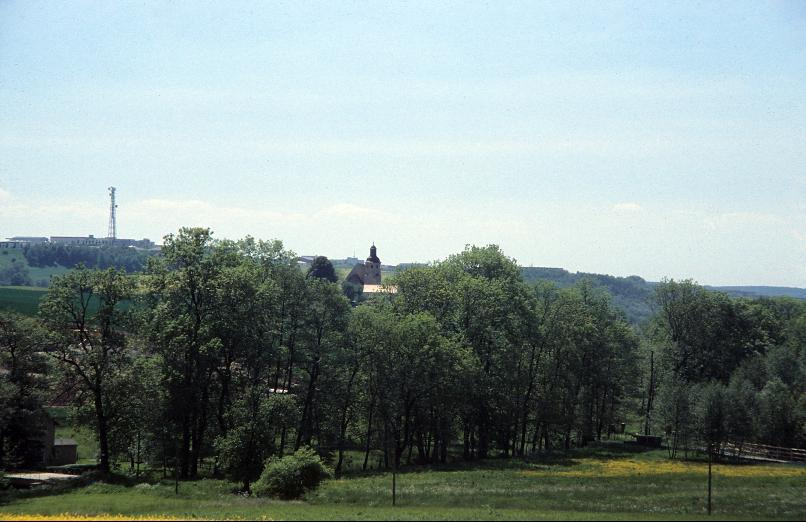 Die Kirche von Dorna über dem Ort.