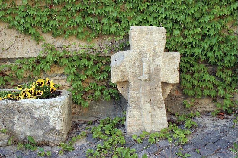 Das Steinkreuz vor dem Heimatmuseum Camburg.