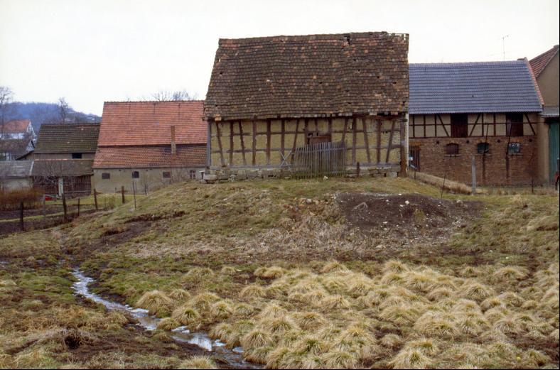 Der Turmhügel von Nordwesten mit der heute nicht mehr erhaltenen Scheune.
