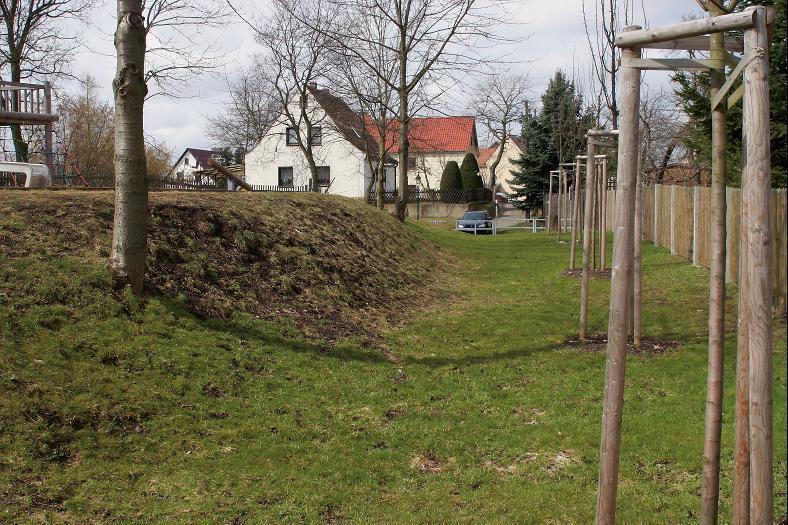 Fundamentreste der Hauptburg, die bei der Anlage des Spielplatzes freigelegt wurden.