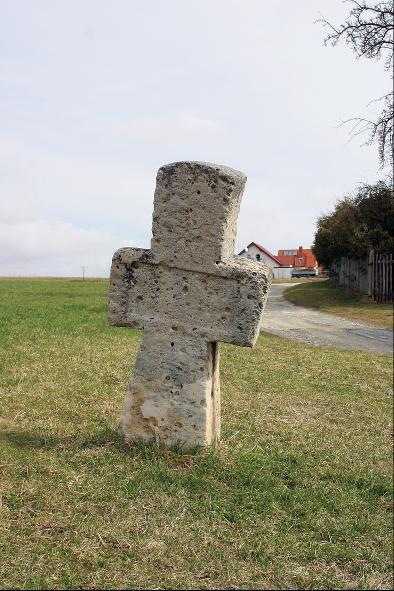 Das Steinkreuz wurde nachträglich als Wegweiser verwendet.