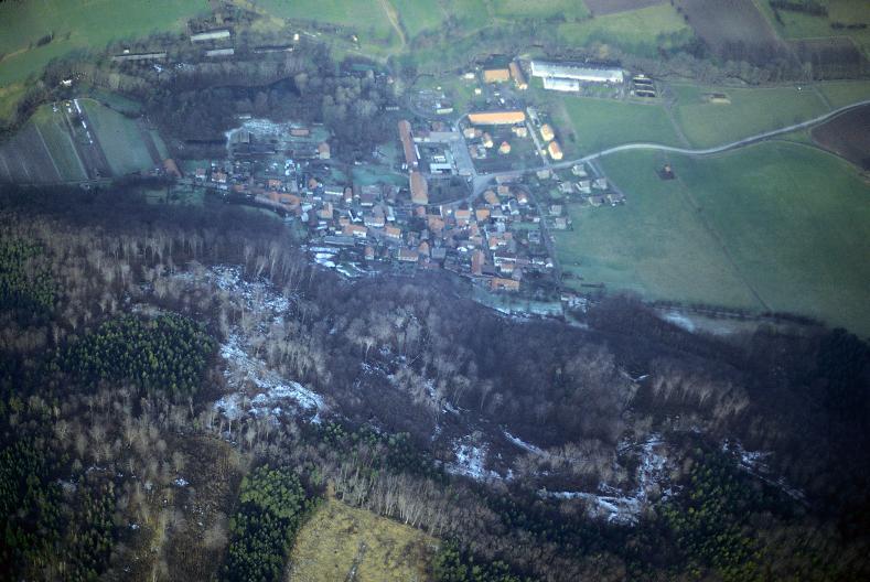 Luftbild mit Blick auf den südlich von Altenberga gelegenen Steilabhang mit der Alten Burg (von O. Braasch).