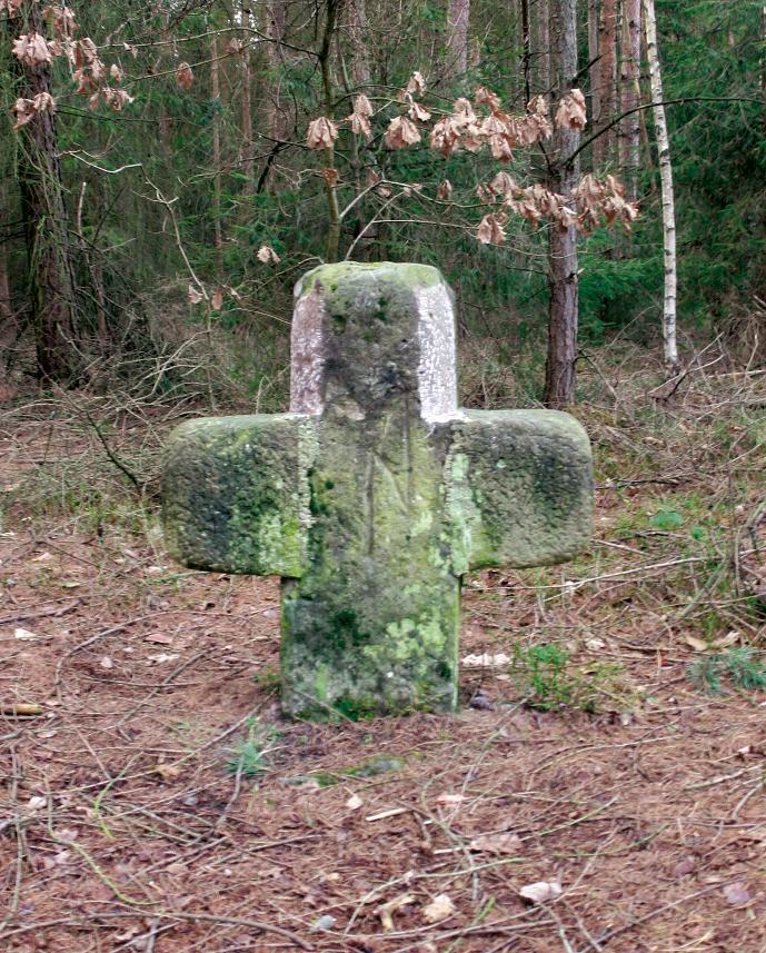 Das Steinkreuz von Bobeck ist in die Pechofenanlage integriert.