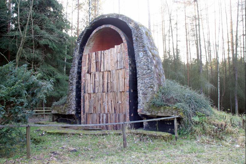 Die Rekonstruktion des Pechofens von Bobeck zeigt den Querschnitt dieser technischen Anlage.