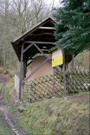 Ein Holzdach schützt den wiederaufgebauten Pechofen von Geisenhain.