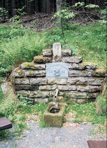 Der Mühlbergbrunnen steht am Standort des ehemaligen Hofhauses.