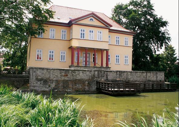 Ein idyllischer Wassergraben umgibt das Schloss Berka.