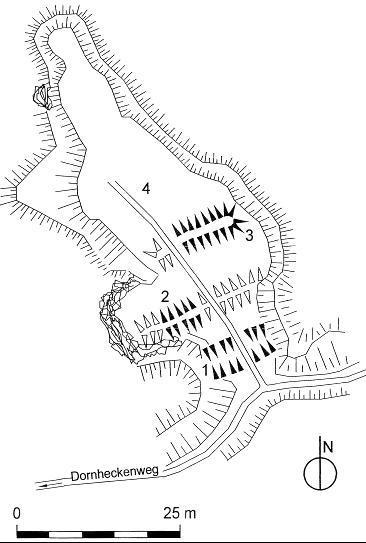 Das Wohnplateau (4) der Burgruine Rudolfstein ist nach Süden von tiefen Gräben und Wällen (1–3) gesichert (nach M. Beck).