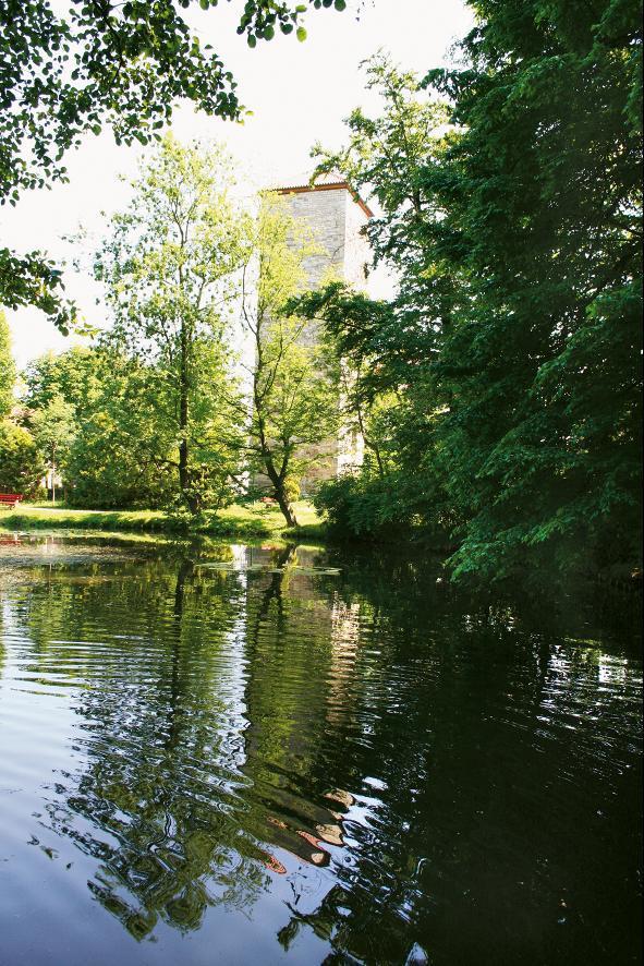 Von der Bausubstanz der Wasserburg Farnroda ist nur der Burgturm erhalten.