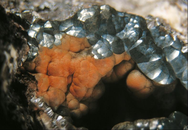 Roter Glaskopf und Hämatit vom Bergbaurevier Kleiner Ebertsberg.