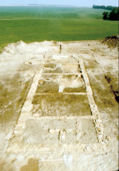 Fundamente eines ehemals zweigeschossigen Gebäudes (Palas) des 11. Jahrhunderts.