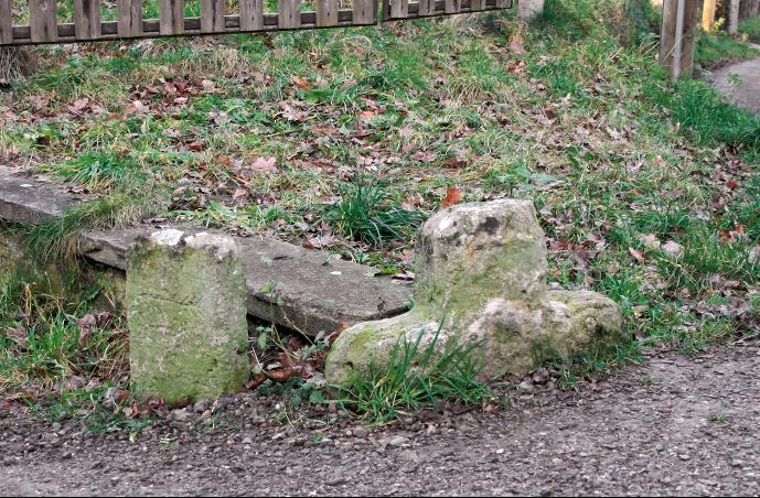 Bei Wegebauarbeiten wurde das Steinkreuz von Bürgel fast verschüttet.