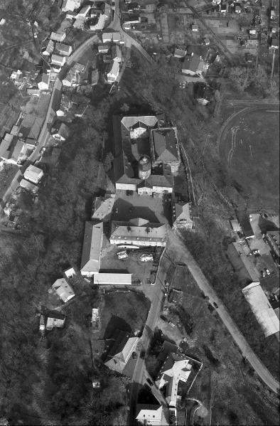 Auf diesem Luftbild von Schloss Crossen sind die günstige Spornlage und die Befestigungsanlagen zu erkennen.