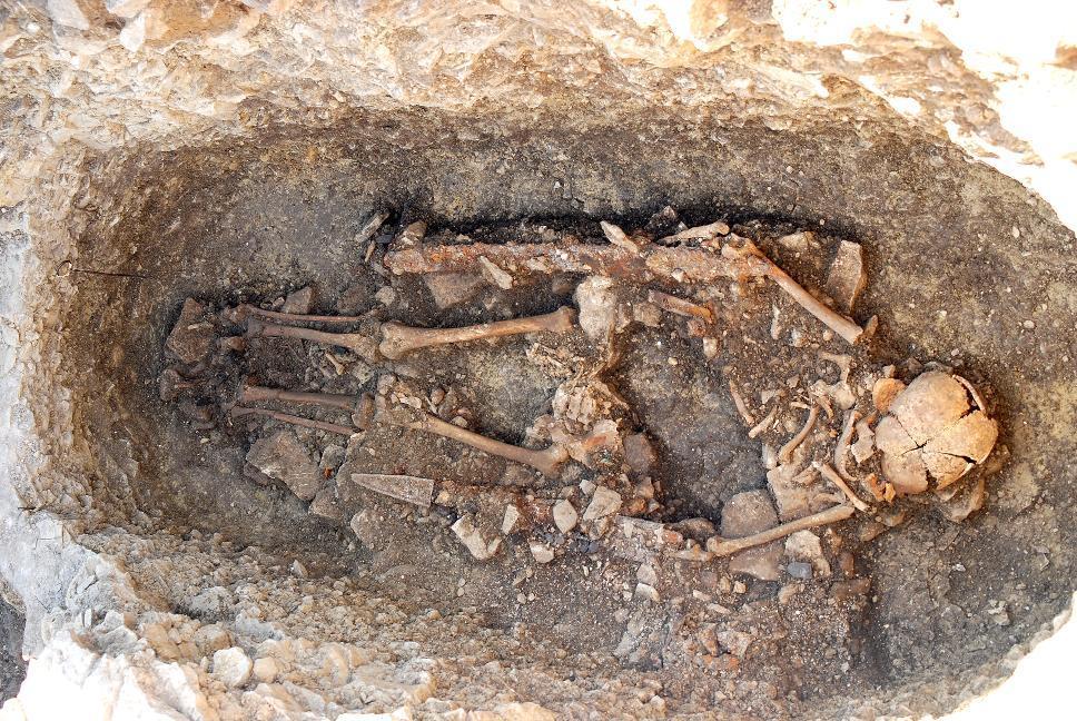 Zur Grabausstattung dieses frühmittelalterlichen Kriegers, der auf dem Frauenberg bestattet wurde, gehörten u. a. zwei Schwerter.