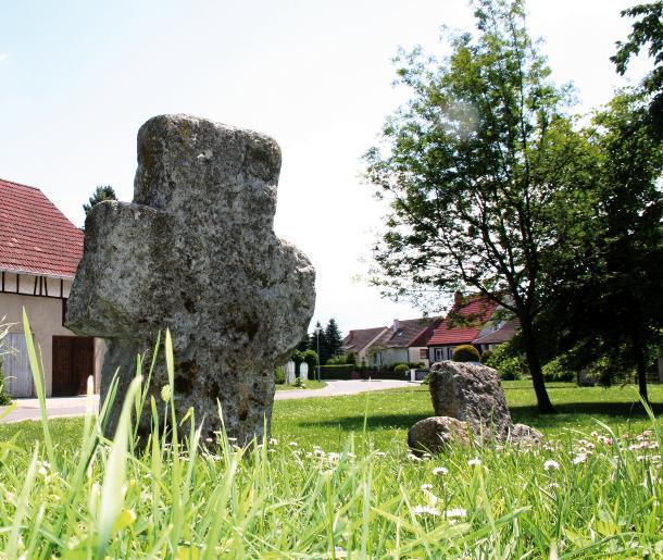 Die beiden Steinkreuze tragen zur Verschönerung des Dorfkernes von Feldengel bei.