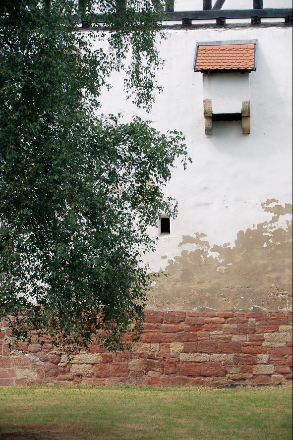 Älteres Mauerwerk unter dem Schlossbau in Gerstungen an der Nordostseite des Grabens.