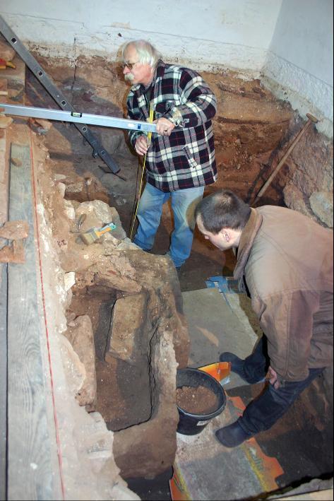Ausgrabungen in der Kirche in Sünna im Jahre 2008.