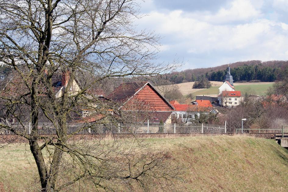 Der befestigte Kirchhof prägt das Dorf Ettenhausen an der Suhl.