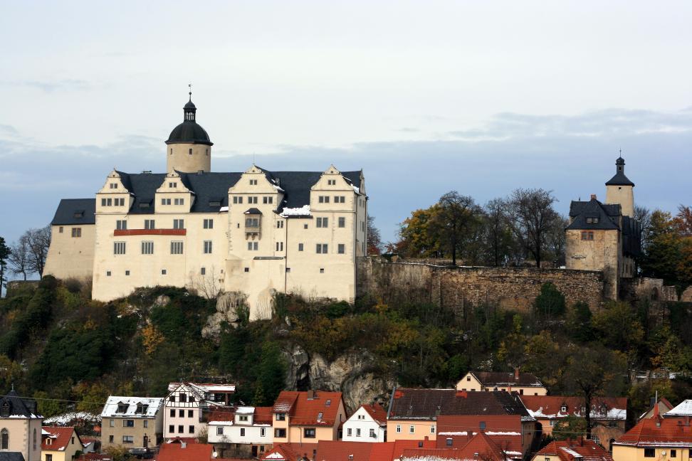 Über der Stadt Ranis erhebt sich  die gleichnamige Burg weithin sichtbar in landschafts- beherrschender Lage auf einem Felsrücken.
