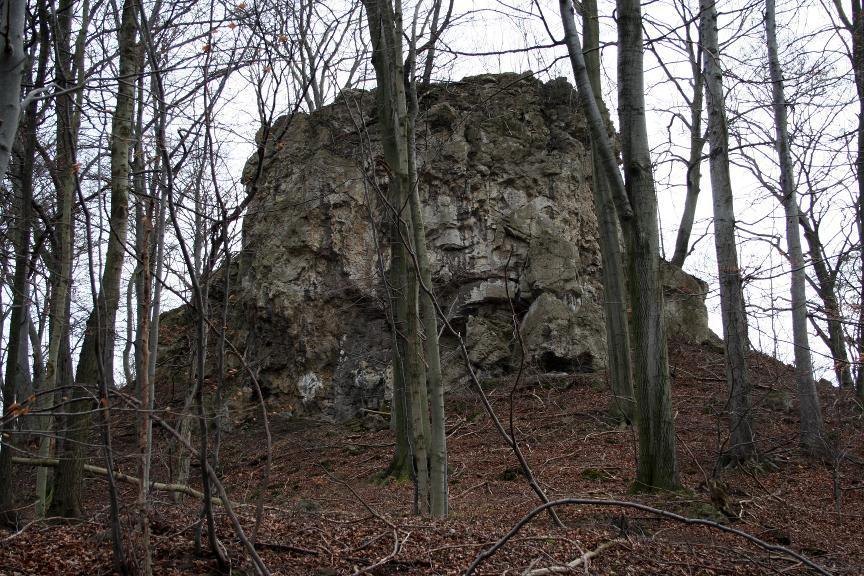 Die Teufelskanzel bei Ranis ist ein massiger, steil aufragender Zechsteinfelsen.