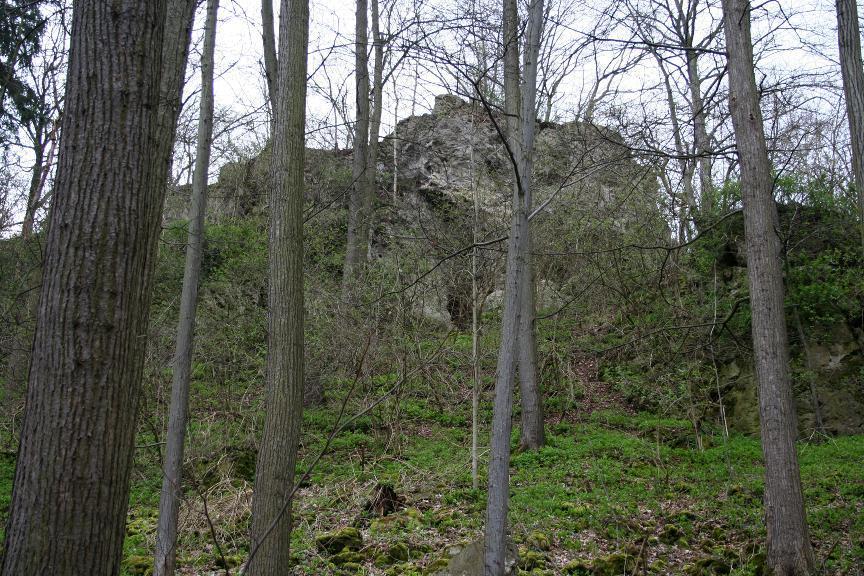 Im unteren Bereich des Masivs bei Döbritz sind die verstürzten Eingänge der Richterhöhle erkennbar.
