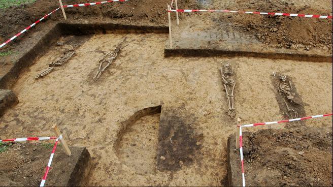 Ausgrabung des mittelalterlichen Reihengräberfelds bei Oßmannstedt.