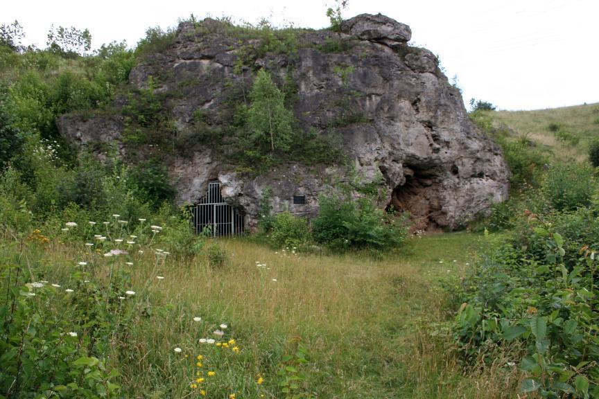 Vorplatz der Kniegrotte bei Döbritz mit dem verschlossenen Eingang.