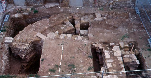 Dieser Blick auf die Ausgrabungen im Innenhof des Schlosses Apolda zeigt links oben die Ringmauer mit Ritzfugen.